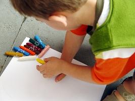 niño dibujando web