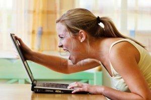 10486793-una-mujer-enojada-en-su-ordenador-problemas-con-las-compras-de-hardware-software-e-internet