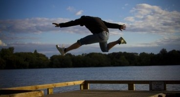 excited-man-run-jump-sea-happy-jumping-running_121-21136
